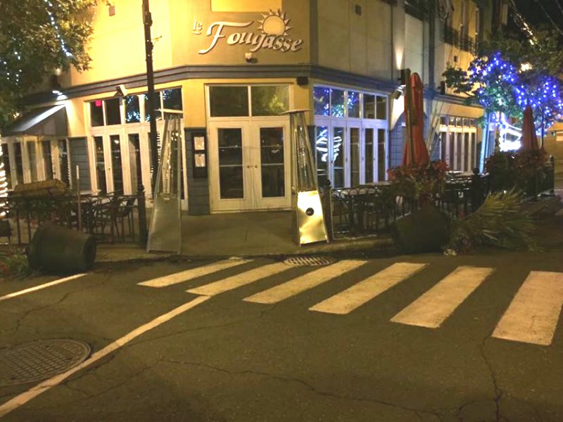 Des pots de fleurs ont été cassés à plusieurs endroits au centre-ville de Sorel-Tracy. | Photos: gracieuseté