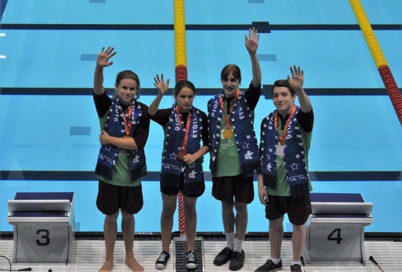 William Allard (au bout à droite) en compagnie d'autres médaillés en natation de l'équipe Richelieu-Yamaska aux Jeux du Québec. | Photo: gracieuseté