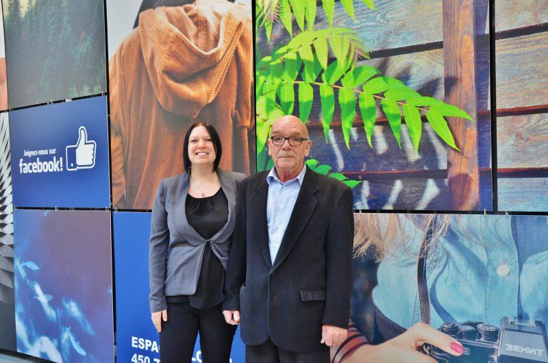 La directrice marketing et le directeur général des Promenades de Sorel, Valérie Charland et Robert Leblanc, travaillent à redynamiser le centre commercial. On les voit ici devant une des mosaïques.   Photo: TC Média – Julie Lambert