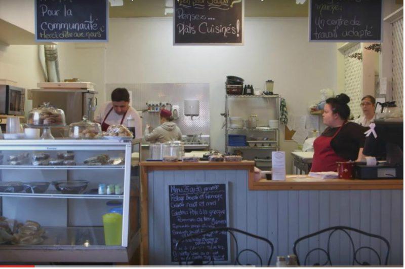 Au restaurant « Les Saveurs du Marché », plusieurs personnes handicapées trouvaient leur compte en y travaillant. | Photo: capture d'écran tirée de Youtube