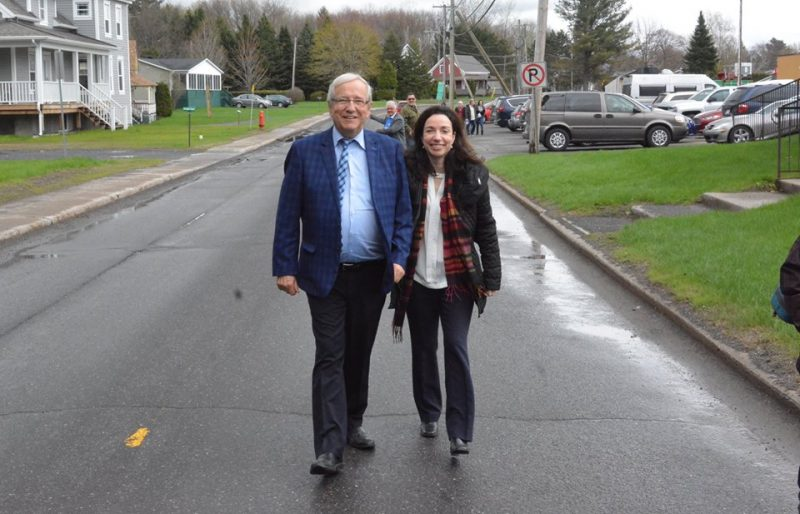 Louis Plamondon et Martine Ouellet lors de leur passage récent à Odanak. | Photo: - Gracieuseté