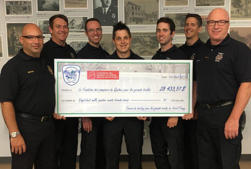 Les pompiers de Sorel-Tracy ont remis plus de 28 000$ à la Fondation des pompiers du Québec pour les grands brûlés. | Photo: gracieuseté