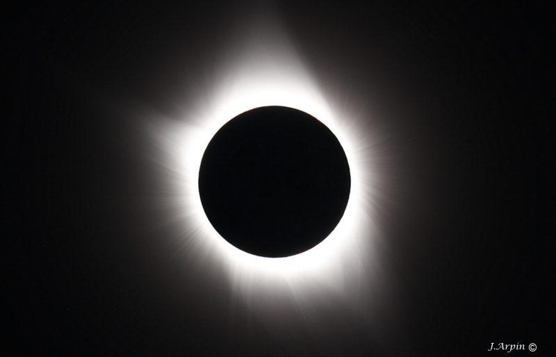 Sur cette photo de Jonathan Arpin, la couronne blanche ne peut être visible que pendant une éclipse totale. Au Québec, l'éclipse n'était que partielle. | Jonathan Arpin