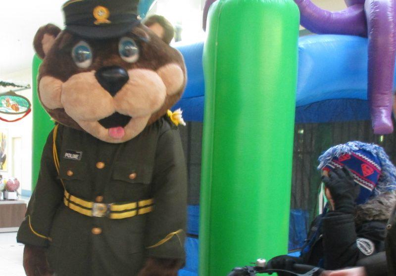 Des enfants défavorisés ont célébré le temps des Fêtes en compagnie de la mascotte de la Sûreté du Québec, Polixe. | Gracieuseté - Sûreté du Québec