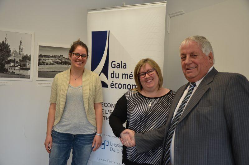 Les présidentes d'honneur, Éloïse et Sophie Paquin, en compagnie du président du comité organisateur, Jean-Pierre Letarte. | TC Média - Sarah-Eve Charland