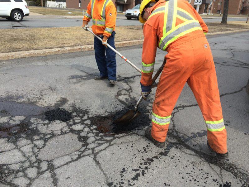 Le service des Travaux publics de la Ville de Sorel-Tracy travaille depuis quelques semaines à la réparation des nids-de-poule. | Gracieuseté