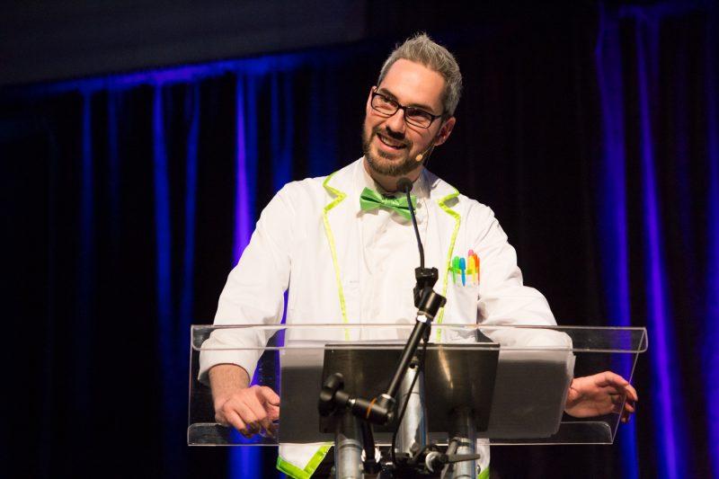 L'animateur de la cérémonie de remise de prix d'Expo-sciences, Gabriel Coutu. | Photo: TC Média - Pascal Cournoyer