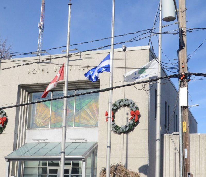Les drapeaux ont été mis en berne aujourd'hui devant l'hôtel de ville de Sorel-Tracy. | TC Média - Archives