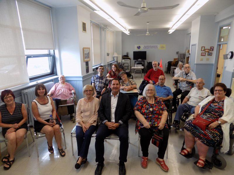 Alain Chalifoux (au centre) est le président d'honneur du 40e souper-bénéfice de l'Association des personnes handicapées de Sorel-Tracy. | Gracieuseté