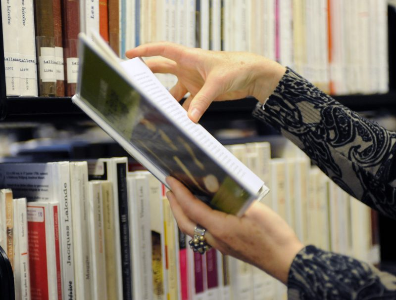 (6)  006_bibliotheque_110927_ENB  Une femme consulte un livre a la Grande Bibliotheque de  Montreal ce Mardi 27 Septembre 2011. Photo : ERIC BOLTE/ 24H MONTREAL/AGENCE QMI | Agence QMI/QMI Agency