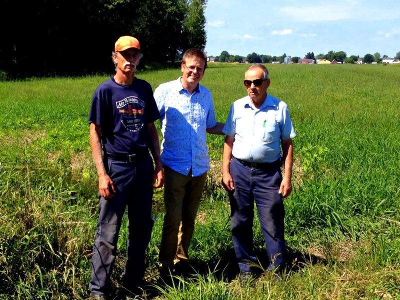Le député Sylvain Rochon entouré de Benoit Paul et de son père Jean-Marie. | Photo: - gracieuseté