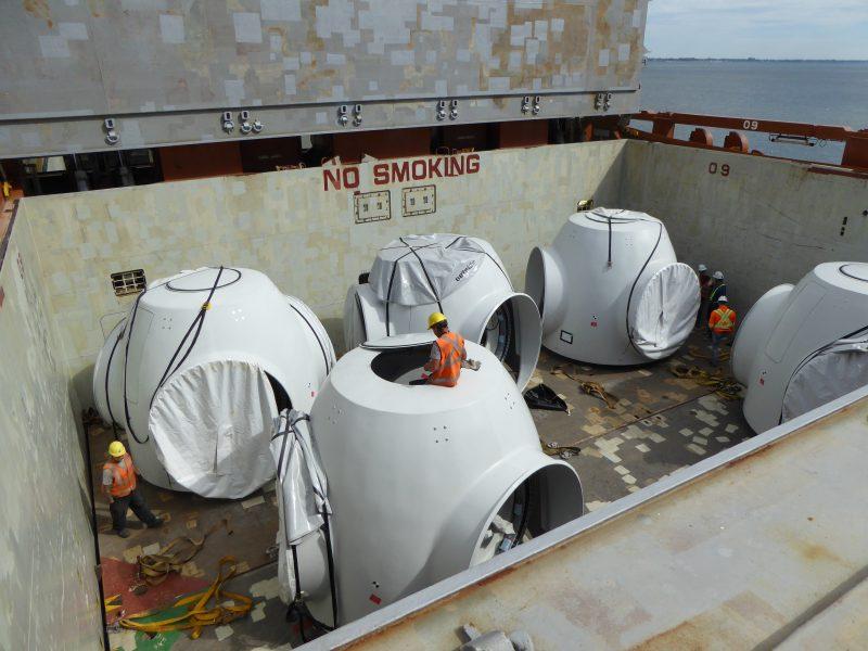 Le bateau qui transporte les pièces d'éoliennes a accosté à Bécancour dans la nuit du 23 août.   Photos: gracieuseté