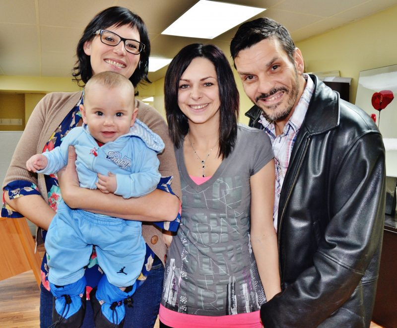 Sophie Lizotte et Derek Edwards gardent le sourire malgré le drame grâce à l'aide des citoyens comme Julie Trépanier (à gauche).   Photo: TC Média – Julie Lambert