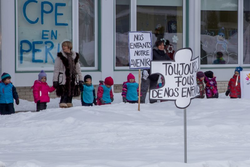 Une centaine de personnes, éparpillées un peu partout sur le territoire, ont créé des chaînes humaines devant quelques-uns des CPE de la région de Sorel-Tracy et des environs. | TC Média - Pascal Cournoyer