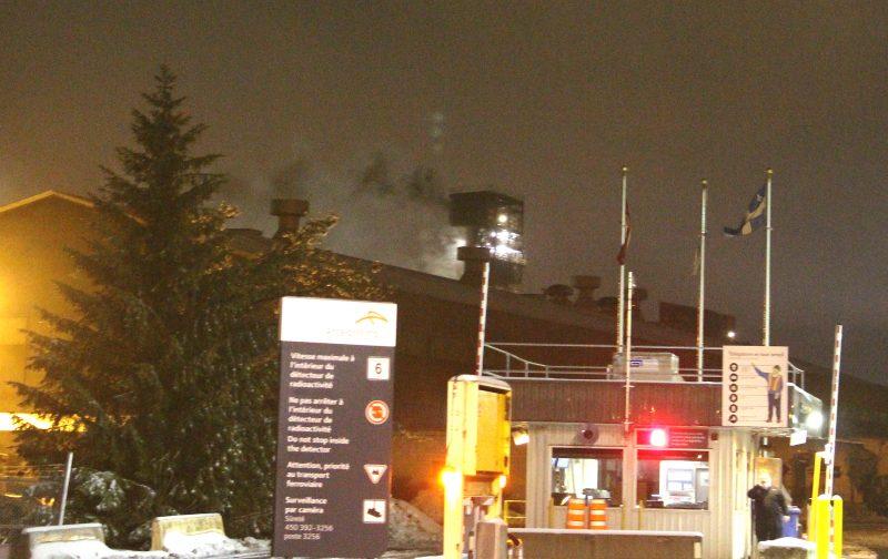Une quinzaine de pompiers ont combattu un violent incendie chez ArcelorMittal, cette nuit. | TC Média – Sébastien Lepage