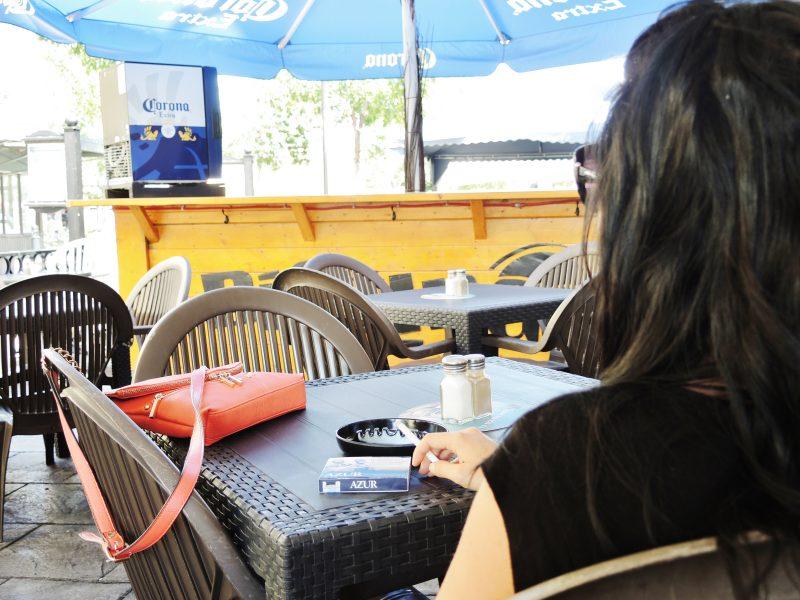 Certains tenanciers et restaurateurs sont inquiets des répercussions de l'interdiction de fumer sur les terrasses en vigueur dès demain le 26 mai. | Photo: TC Média - Sarah-Eve Charland