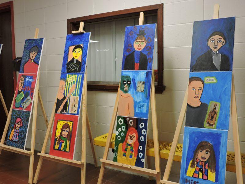 Portraits peints de trois personnalités de la municipalité de Saint-Roch-de-Richelieu, inspirés de Picasso, avec la peintre Nicole-Mongeon Cardin à l'école Saint-Roch. | Gracieuseté