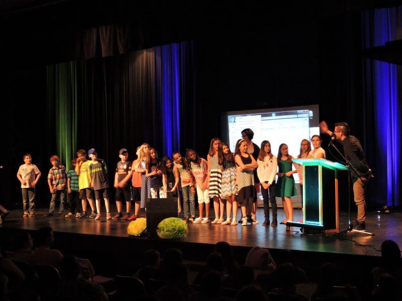 Élèves de l'école Saint-Gabriel Lalement, à Sorel-Tracy, avant la projection de leur film réalisé avec l'artiste Serge Capistran. | Gracieuseté