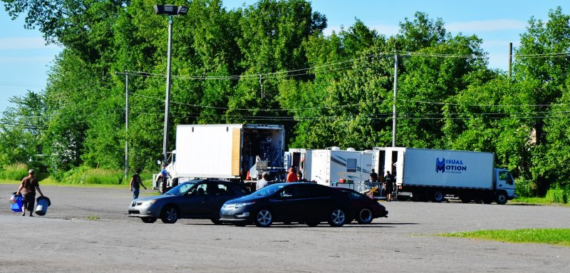 Une équipe accompagnait le réalisateur Xavier Dolan lors du tournage à Sainte-Anne-de-Sorel, le 25 juin, de quelques scènes de son prochain film. | Photo : TC Média – Julie Lambert