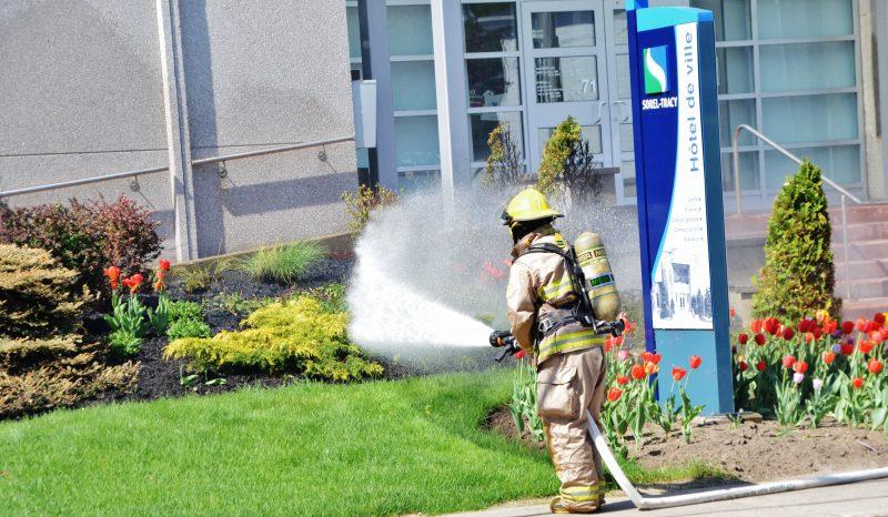 Un feu de paillis à l'hôtel de ville avait nécessité un déploiement du Service de sécurité incendie en 2015. | Photo: TC Média – Jean-Philippe Morin