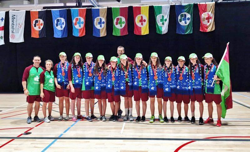 L'équipe de basketball féminin de Richelieu-Yamaska et leur entraîneur Éric Fréchette ont remporté la médaille de bronze aux Jeux du Québec. | Photo: Gracieuseté – Jeux du Québec Richelieu-Yamaska
