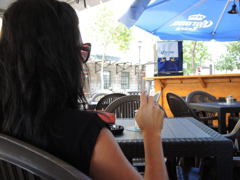 Le projet de loi 44 qui pourrait interdire l'utilisation de cigarettes sur les terrasses a fait l'objet de discussions durant les audiences publiques à l'Assemblée nationale la semaine dernière. | TC Média - Sarah-Eve Charland