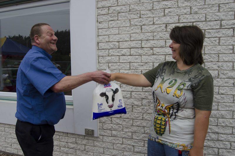 Rodolphe Cournoyer est l'un des rares laitiers à pouvoir compter sur une relève. Il amène le lait de porte en porte chaque matin | Photo: TC Média – Stéphane Martin