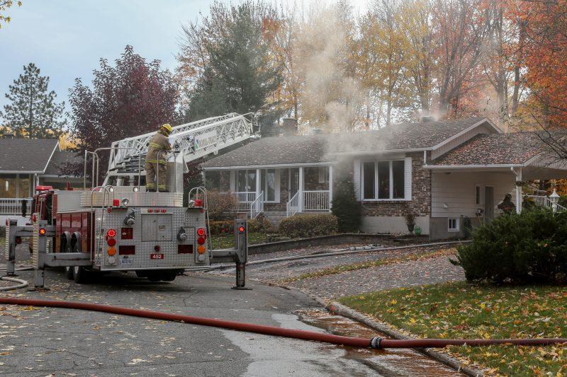 L'incendie a été maîtrisé vers 15h30. | Photos par Pascal Cournoyer, Pascal Cournoyer