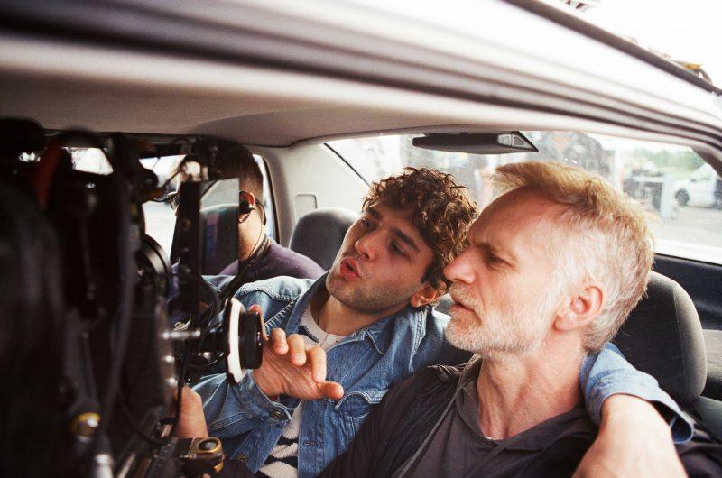 Xavier Dolan posait fièrement, à Sainte-Anne-de-Sorel, lors du tournage de son film l'été dernier. | Photo : tirée du dossier de presse – Shayne Laverdière – Sons of Manual