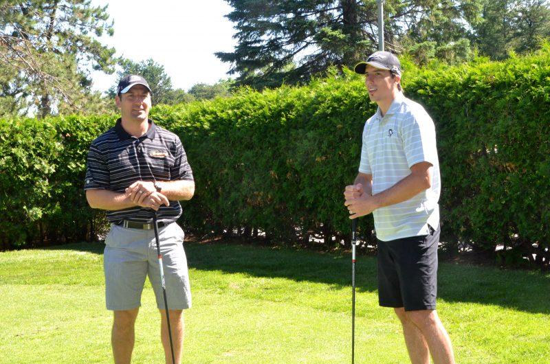 François Beauchemin et Marc-André Fleury ont pratiqué leur élan de golf devant les médias, vendredi matin   Photo: TC Média - Jean-Philippe Morin