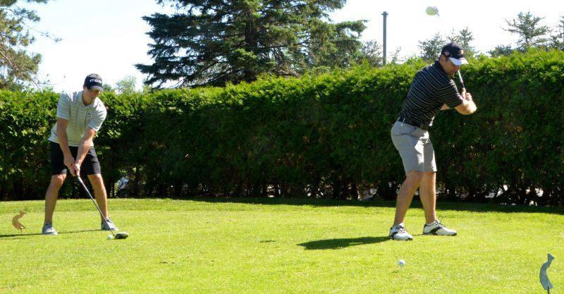 Marc-André Fleury et François Beauchemin ont pratiqué leur élan de golf devant les médias, vendredi matin.   Photo: TC Média - Jean-Philippe Morin