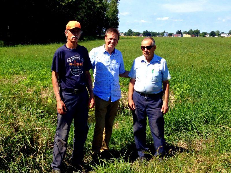 Le député Sylvain Rochon entouré de Benoit Paul et de son père Jean-Marie. | Gracieuseté