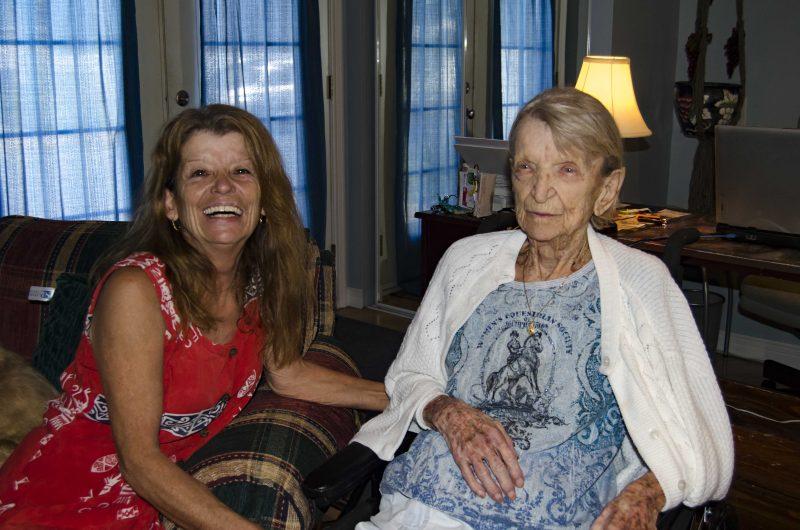 Aline Pagé a tout abandonné pour prendre soin de sa tante Noëlla. | Photo: TC Média – Stéphane Martin