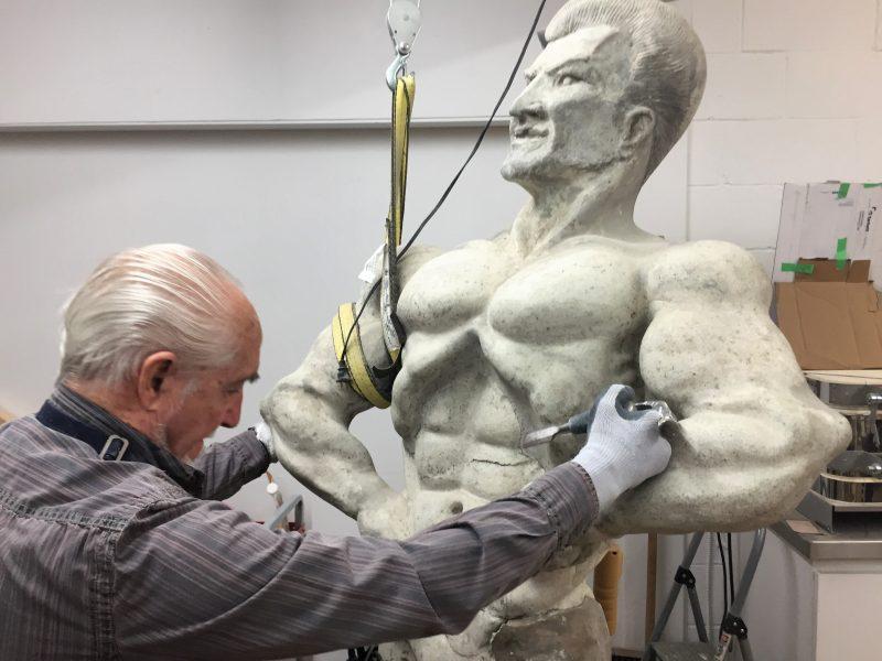Le professeur de l'école de sculpture au Regroupement pour la santé des aînés, Euclide Cormier, est en charge de restaurer l'oeuvre. | Gracieuseté