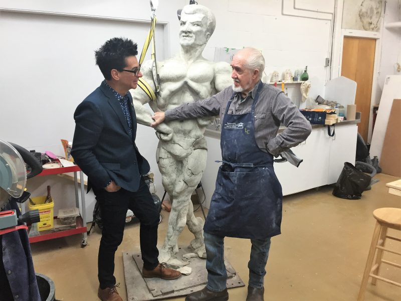 Le sculpteur Euclide Cormier (à droite) restaure la statue à la demande du maire de Sorel-Tracy, Serge Péloquin. | Gracieuseté