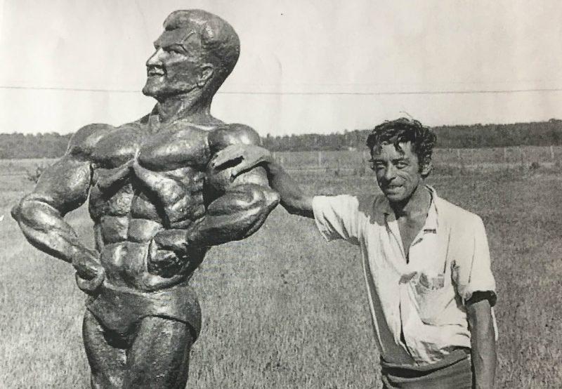 Le sculpteur Roger Péloquin avec son oeuvre. | Gracieuseté
