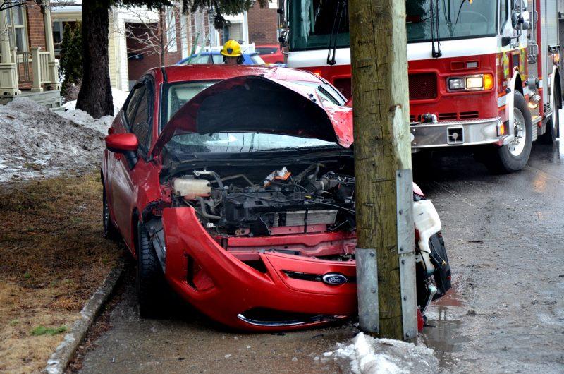 Une voiture de marque Ford a percuté un poteau sur le chemin des Patriotes, à la hauteur du Club de Croquet Sorel inc. | TC Média – Jonathan Tremblay