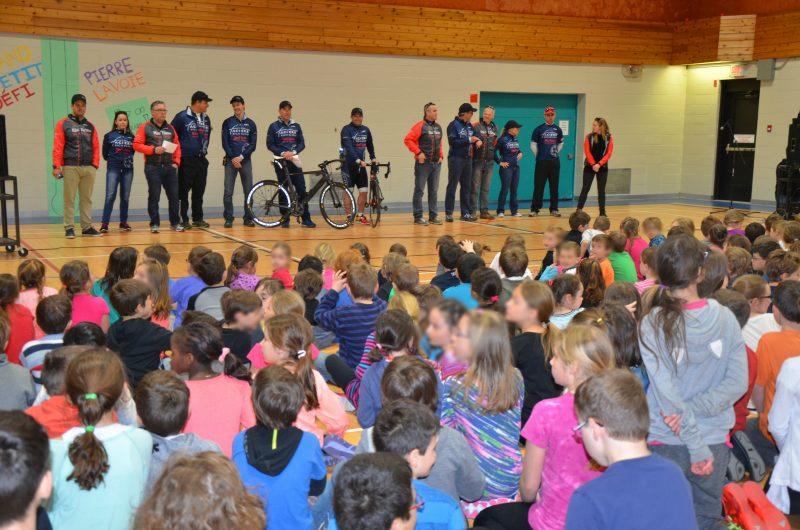 Les deux équipes de Rio Tinto Fer et Titane du Grand Défi Pierre Lavoie inciteront les élèves de l'école Au Petit Bois à bouger durant tout le mois de mai. | TC Média - Sarah-Eve Charland