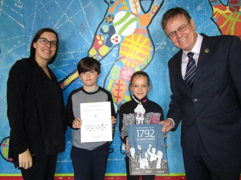 Karine Généreux, directrice de l'école Saint-Roch, les élèves Xavier Malo et Laurie-Maude Jodoin, et le député Sylvain Rochon. | Photo: gracieuseté