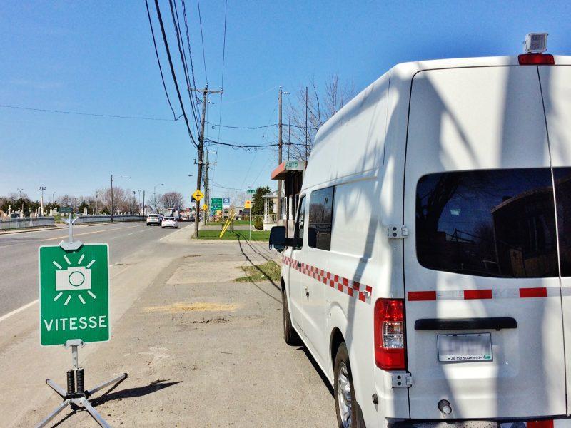 Des radars photo mobiles du ministère des Transports fonctionnent grâce à la marche au ralenti des fourgonnettes. | Photo: TC Média – Julie Lambert