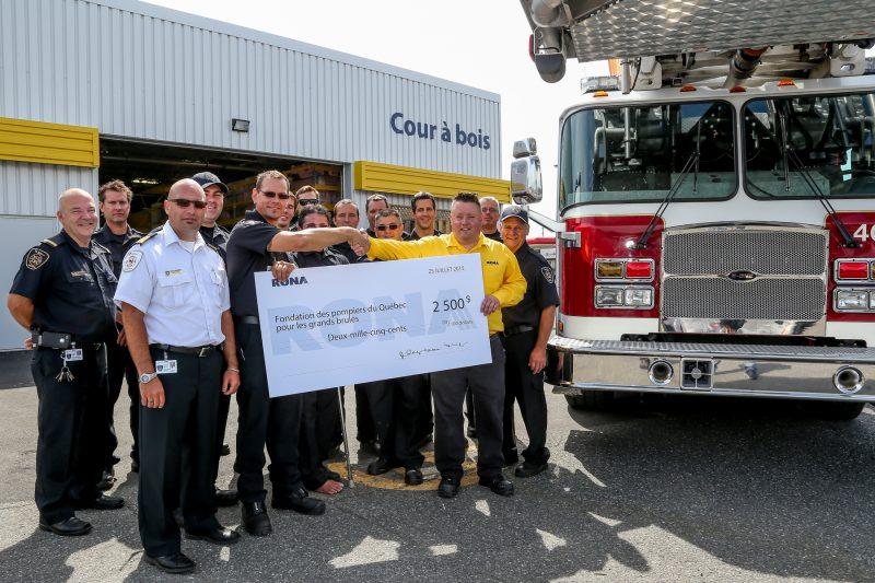 RONA a fait un don de 2500$ à la Fondation des pompiers du Québec pour les grands brûlés.   TC Média - Pascal Cournoyer
