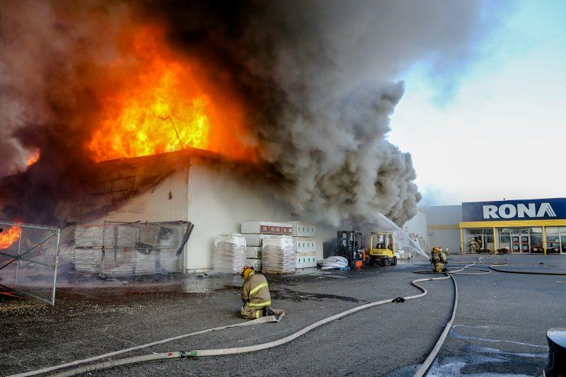 Un incendie avait ravagé la cour à bois du commerce RONA à Sorel-Tracy la 1er octobre 2014.   TC Média - Pascal Cournoyer