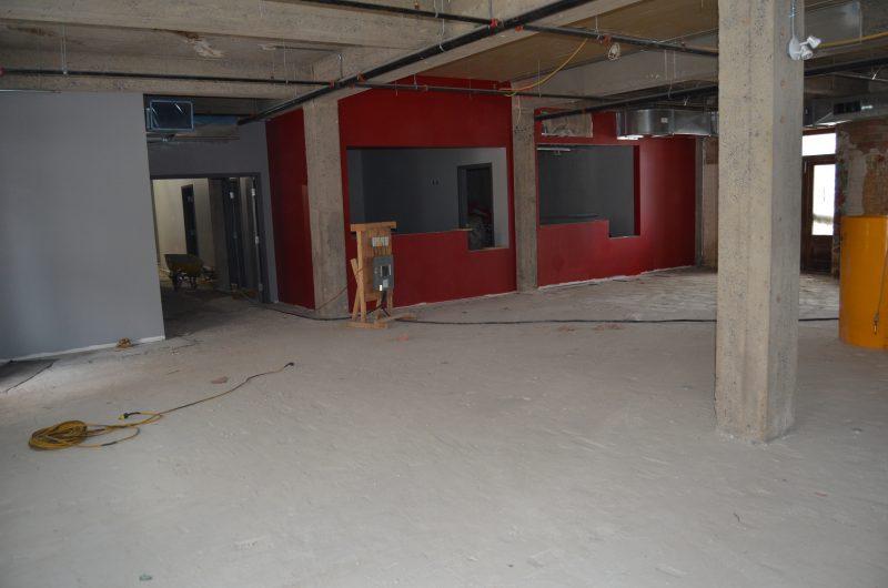 Au premier plancher, on retrouve la billetterie et le vestiaire. La peinture est appliquée sur les murs, le plafond demeure à aire ouverte et le plancher reste à faire. | TC Média - Stéphane Martin
