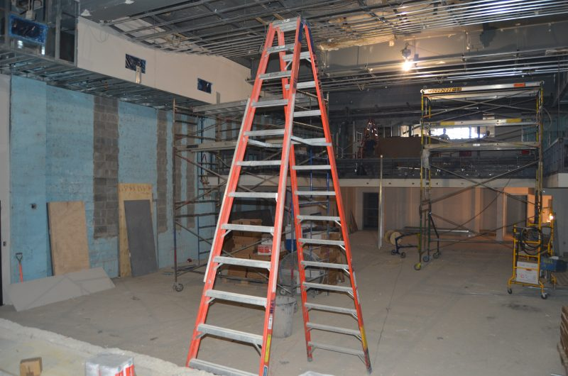 La salle de spectacle est prête à accueillir les murs et le plafond pour l'acoustique. Le plancher et les bancs au balcon pourront par la suite être achevés. | TC Média - Stéphane Martin