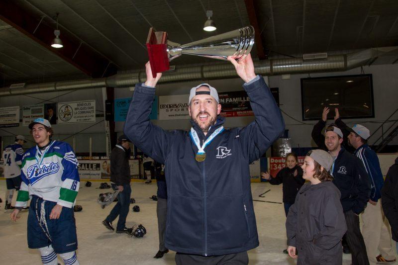 L'entraîneur Éric Messier a soulevé le trophée de champion de la ligue de hockey collégial en division 1 et les Rebelles voudront répéter leur exploit dès cette année. | TC Média – Pascal Cournoyer