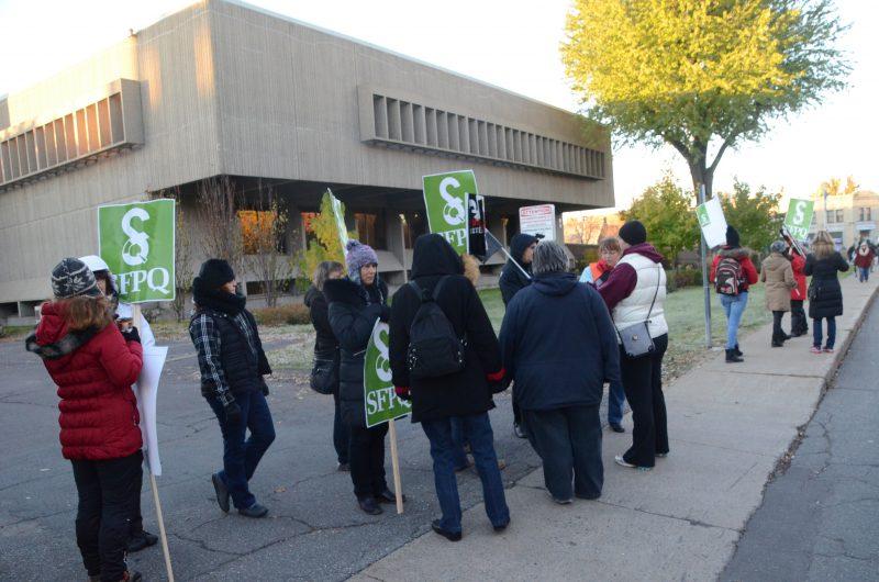 Une quarantaine d'employés de la fonction publique manifestaient pacifiquement devant le palais de justice de Sorel-Tracy, le mardi 27 octobre, tôt le matin.   TC Média - Jean-Philippe Morin