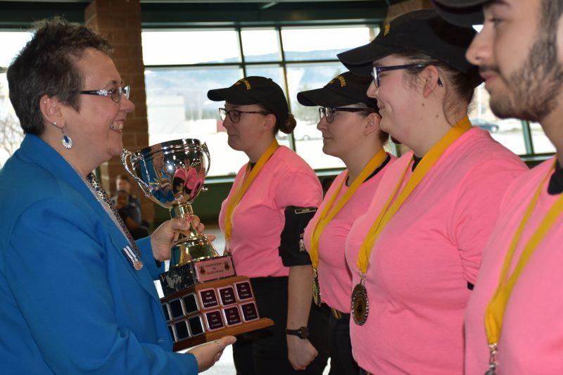 La première vice-présidente de la Ligue navale du Canada, Division du Québec, Mme Lise Côté, remet le trophée de la compétition aux cadets de Sorel-Tracy. | Gracieuseté/Cadets Canada