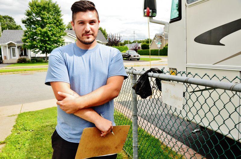 Le contrôleur animalier Marc-André Dionne apprécie l'initiative d'un citoyen ayant rendu disponibles des sacs pour des propriétaires d'animaux. | Photo: TC Média – Julie Lambert