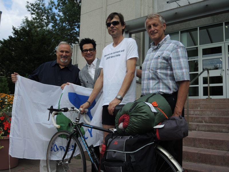 Le maire de Sorel-Tracy a fait don du drapeau de la Ville au cycliste. Sur la photo : le conseiller Alain Maher, le maire Serge Péloquin, Sylvain Bérubé et le conseiller Jocelyn Mondou. | TC Média - Sarah-Eve Charland