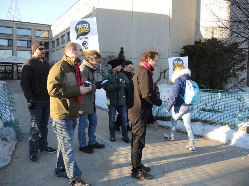 Une cinquantaine d'enseignants ont manifesté à relais le 1er avril 2015 devant le Cégep de Sorel-Tracy pour dénoncer la stagnation des négociations de la convention collective. | TC Média - Sarah-Eve Charland